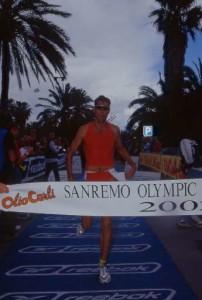 Simon Lessing taglia il traguardo nel 2002.